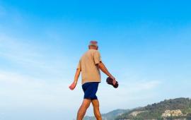 Wpływ Nordic Walking w porównaniu do konwencjonalnego chodzenia i ćwiczeń opartych na oporze na kondycję u osób starszych.